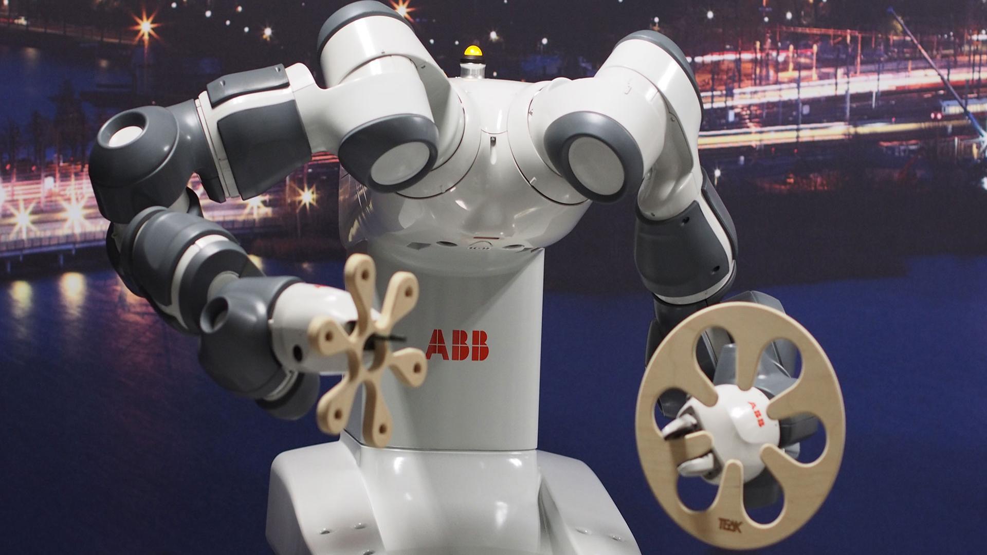 Robotiikka ja 3D-mallintamisen koulutus, Suomen Yrittäjäopisto. Kuvassa ABB:n robotti.