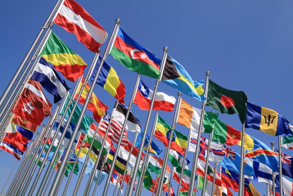 Eri maiden lippuja salossa.